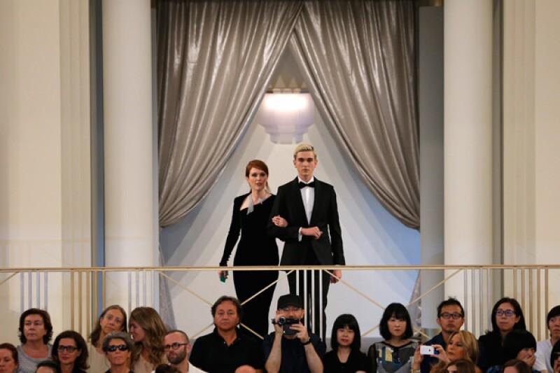 A pesar de que el famoso actor mantiene privada su vida personal, su hijo mayor causó sensación al llegar con el pelo güero y del brazo de Julianne Moore a un desfile de Chanel, en París