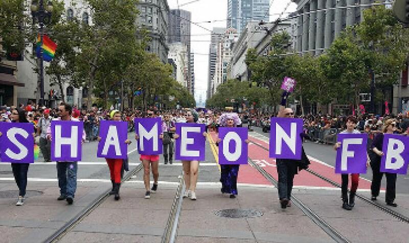 """Miembros de la comunidad gay portaron letreros en los que se leía """"qué vergüenza Facebook"""" (Foto: (Cortesía/MyNameIs) )"""