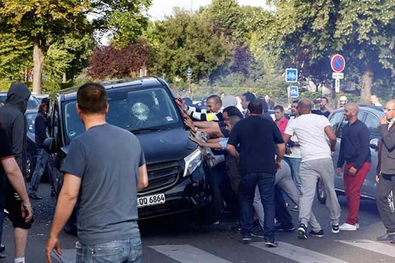 Los taxistas bloquearon las entradas al aeropuerto e importantes vialidades, formaron barricadas y volcaron e incendiaron autos.