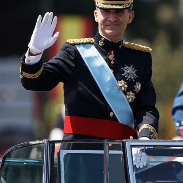 Felipe VI saluda a su publo camino al Palacio Real.