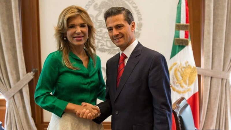 Claudia Pavlovich junto al presidente Enrique Peña Nieto en Los Pinos este viernes