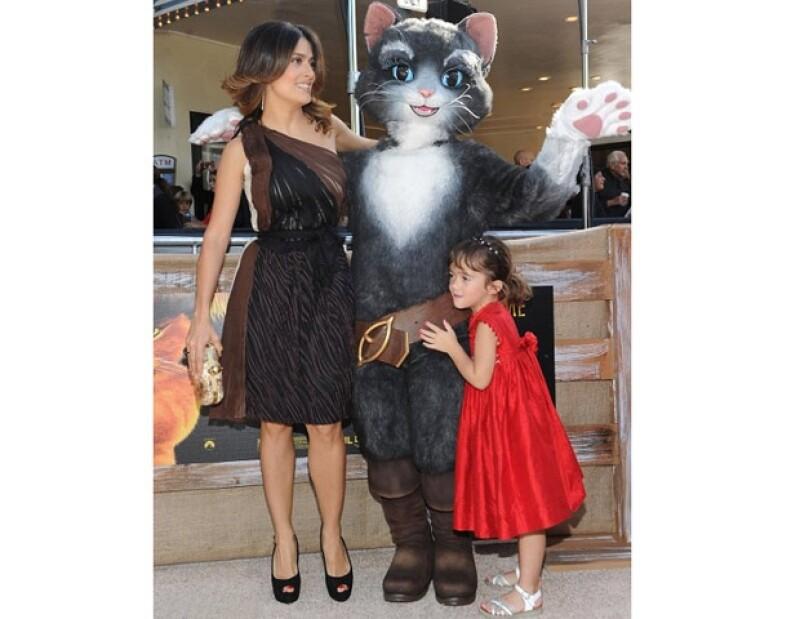 La actriz mexicana recibió la visita de su hija, Valentina Paloma, así como de su papá, hermano y cuñada durante la presentación de la cinta animada `El Gato con Botas´ en Los Ángeles, California.