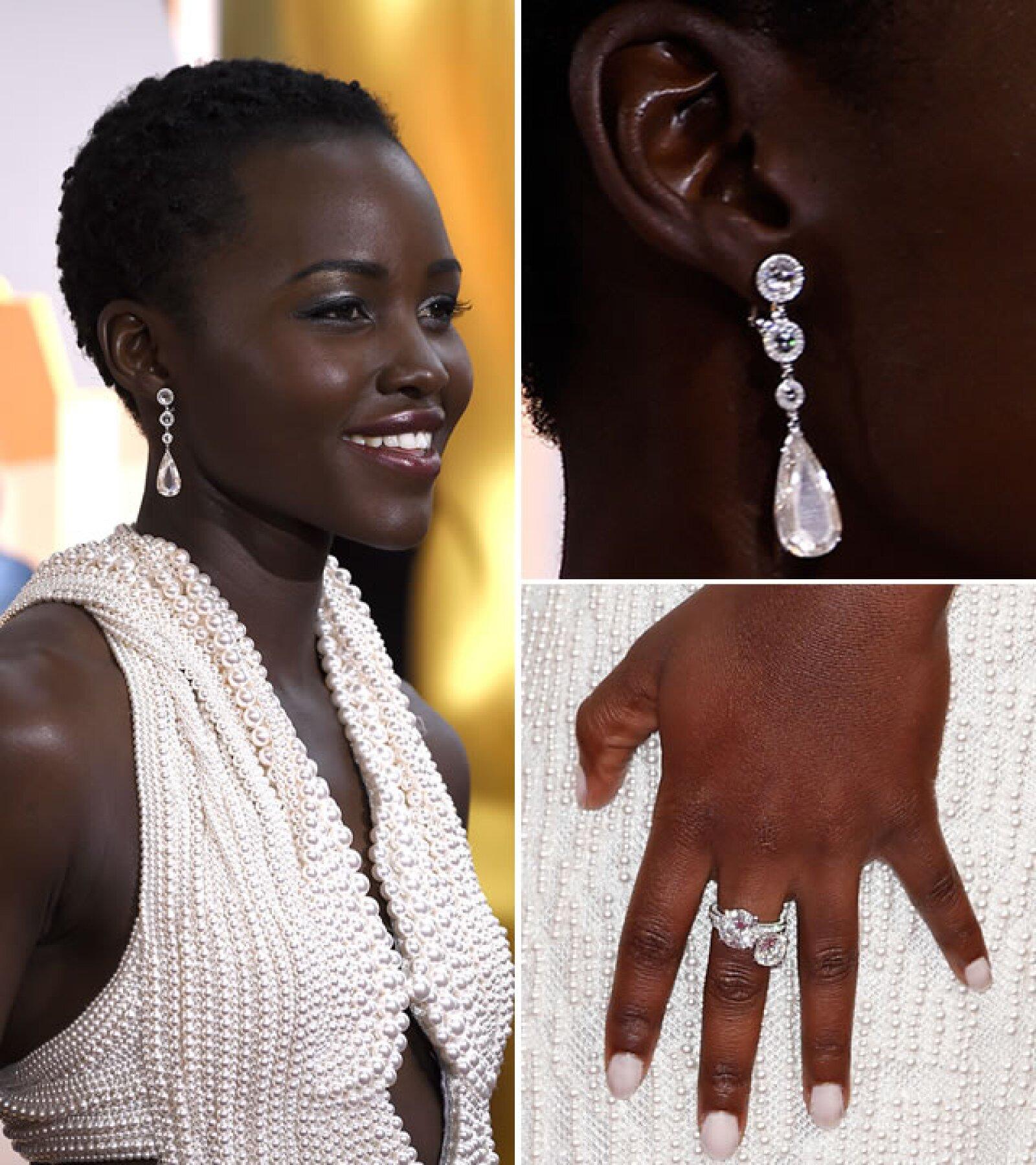 Para contrastar su vestido ya hecho de perlas, Lupita Nyongo usó aretes de diamantes en forma de pera de 18k, diamantes en forma de rosa de 2.32k y oro blanco de Chopard.