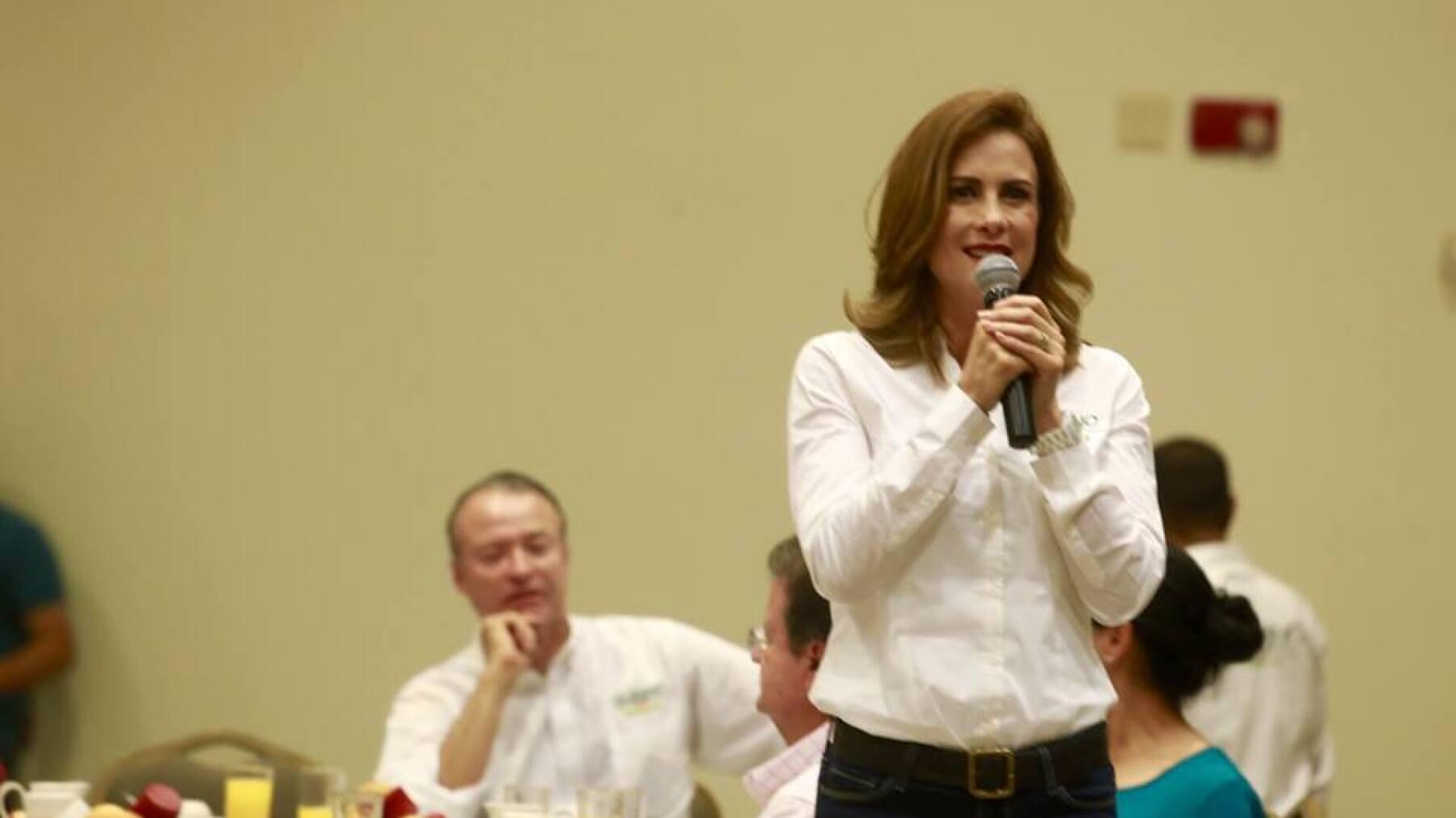 La esposa del candidato priista Quirino Ordaz lo acompaña casi a todos los eventos.
