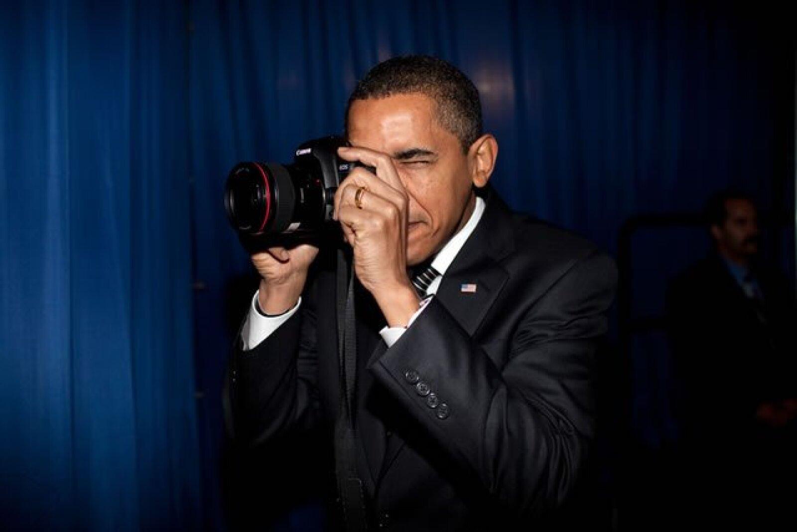 El presidente Obama toma una fotografía antes detrás de cámaras antes de anunciar que se ayudará a aliviar el pago de las hipotecas de los dueños responsables en la Dobson High School, en Arizona.