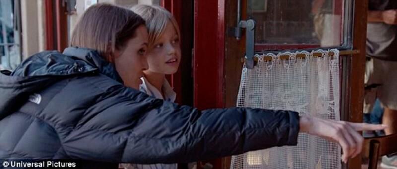 Angelina Jolie con su hija Shiloh durante el rodaje de su película By the Sea.