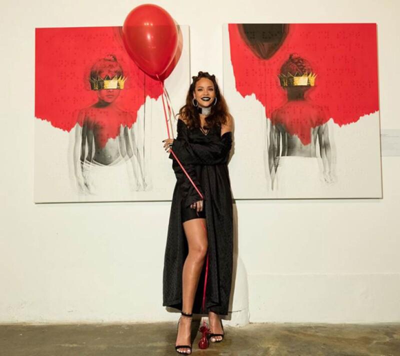 Rihanna posando en la galería con los óleos que pronto formarán de su disco ANTI.