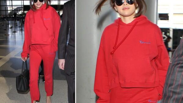 La cantante arribó al aeropuerto de la capital francesa acaparando miradas más que nunca, en especial por su outfit rojo que resultó más costoso de lo que nos imaginábamos.