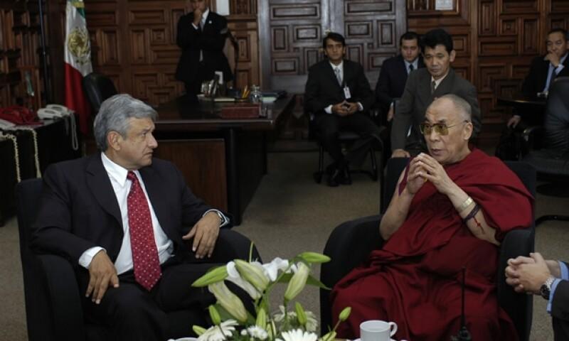 El Dalai Lama recibió el reconocimiento como visitante distinguido de la Ciudad de México en 2004 de manos de Andrés Manuel López Obrador, en ese entonces Jefe de Gobierno del DF.
