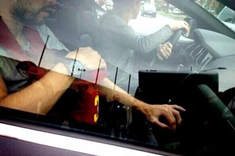 Shakira aparece manejando, Piqué adelante con su hijo.