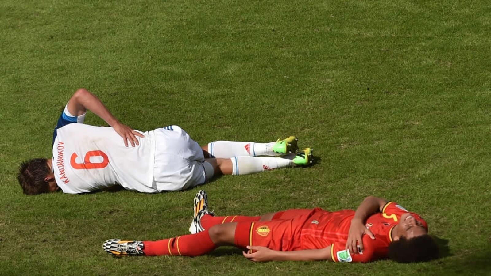 El delantero ruso Maksim Kanunnikov se duele luego de un encuentro contra el belga Axel Witsel