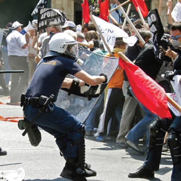 5 de mayo de 2010 Tres personas murieron en Atenas en medio de una protesta ante los planes de austeridad que impuso el gobierno griego, la punta del iceberg de la crisis europea.