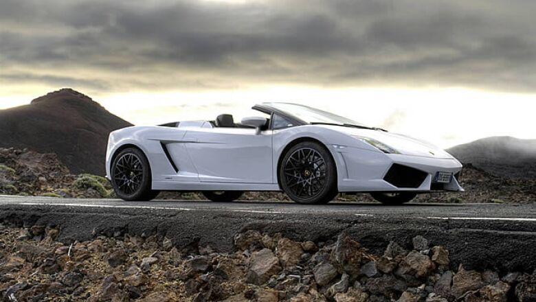Adaptación del modelo anterior, este automóvil de lujo tiene un motor de 5.2 litros, con 560 caballos de fuerza y velocidad máxima de 334 km/h.