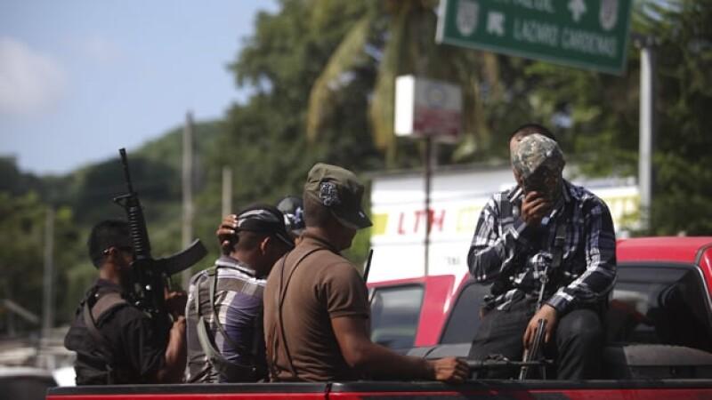 Elementos de la Fuerza Rural y Estatal durante un operativo en Lázaro Cárdenas, Michoacán, para dar con Servando Gómez ?la Tuta?