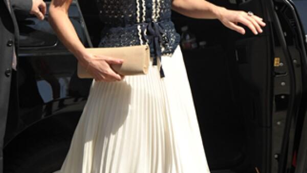 En su visita a Mission Serve usó una falda plisada y top de crochet en azul marino con crema de Whistles.