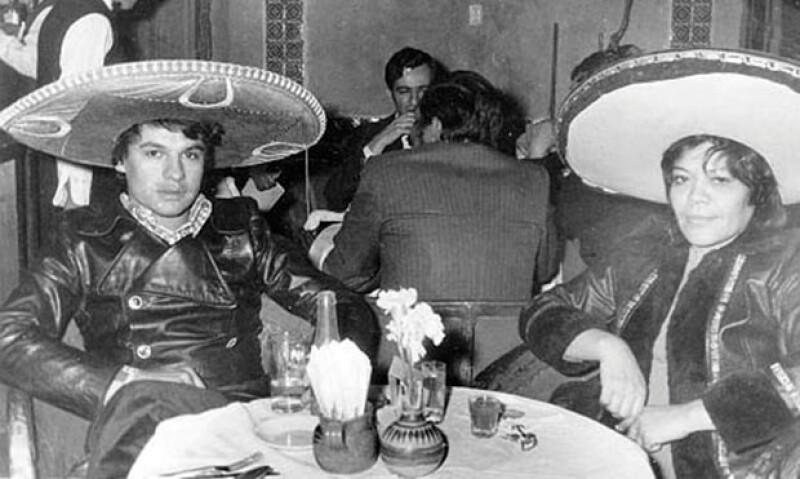 En 1966 Juan Gabriel posa con una amiga en el Noa Noa durante un descanso después de cantar.
