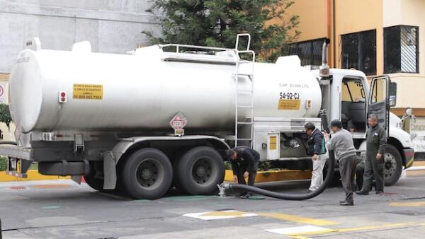 Autotanque cargando gasolina