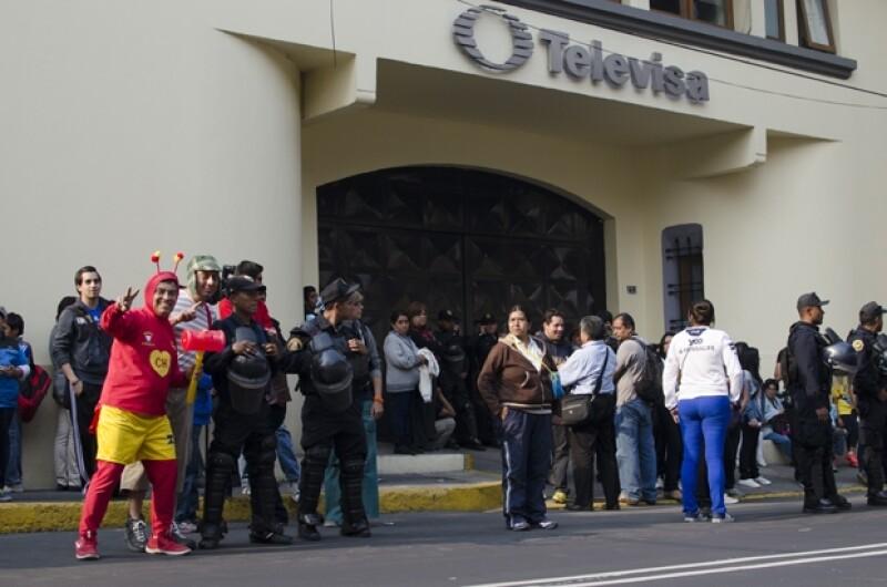 Varias personas aguardaban fuera de los foros de la televisora a la espera del cuerpo del comediante.