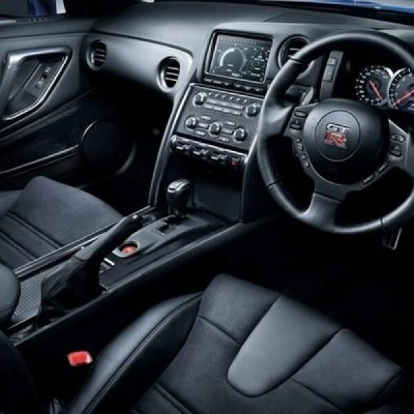 Al interior la firma le dio un toque más deportivo y lleno de lujo en los detalles como asientos de piel con aplicaciones de nubuck y luces tipo lead.