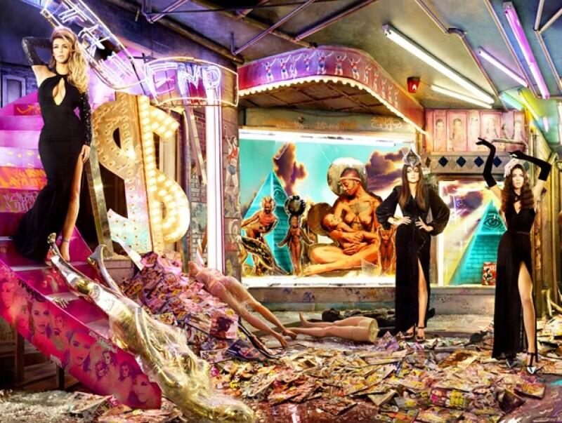 La imagen está cargada de significado, desde el símbolo de dólares grande y brillante hasta la portadas de revistas de espectáculos en el suelo.