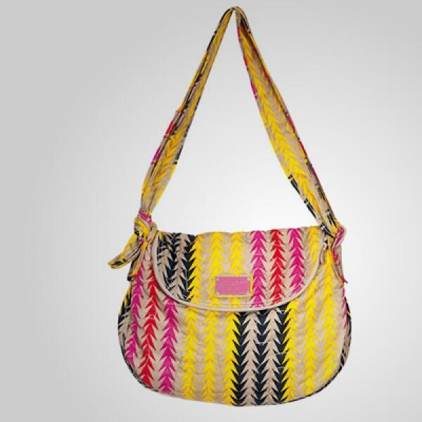 El diseñador presenta una serie de accesorios para la temporada de primavera, como esta bolsa con un estilo étnico y cromático.