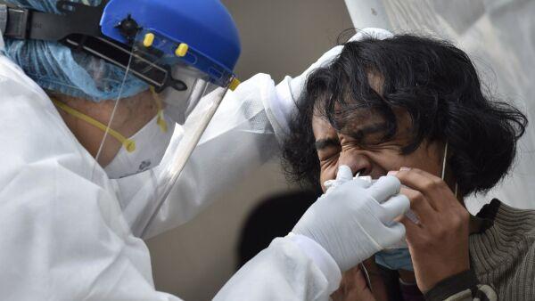 Vecinos de la colonia Doctores asisten a realizarse la prueba PCR de Covid-19 en el quiosco de salud instalado en la explanada del Monumento Lázaro Cárdenas de la alcaldía Cuauhtémoc.