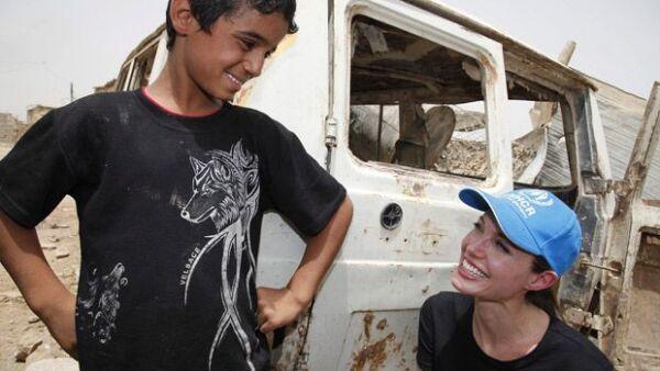 La actriz viajó a una zona de Bagdad donde se encuentran cuatro familias iraquíes que fueron desplazadas por la violencia del país.