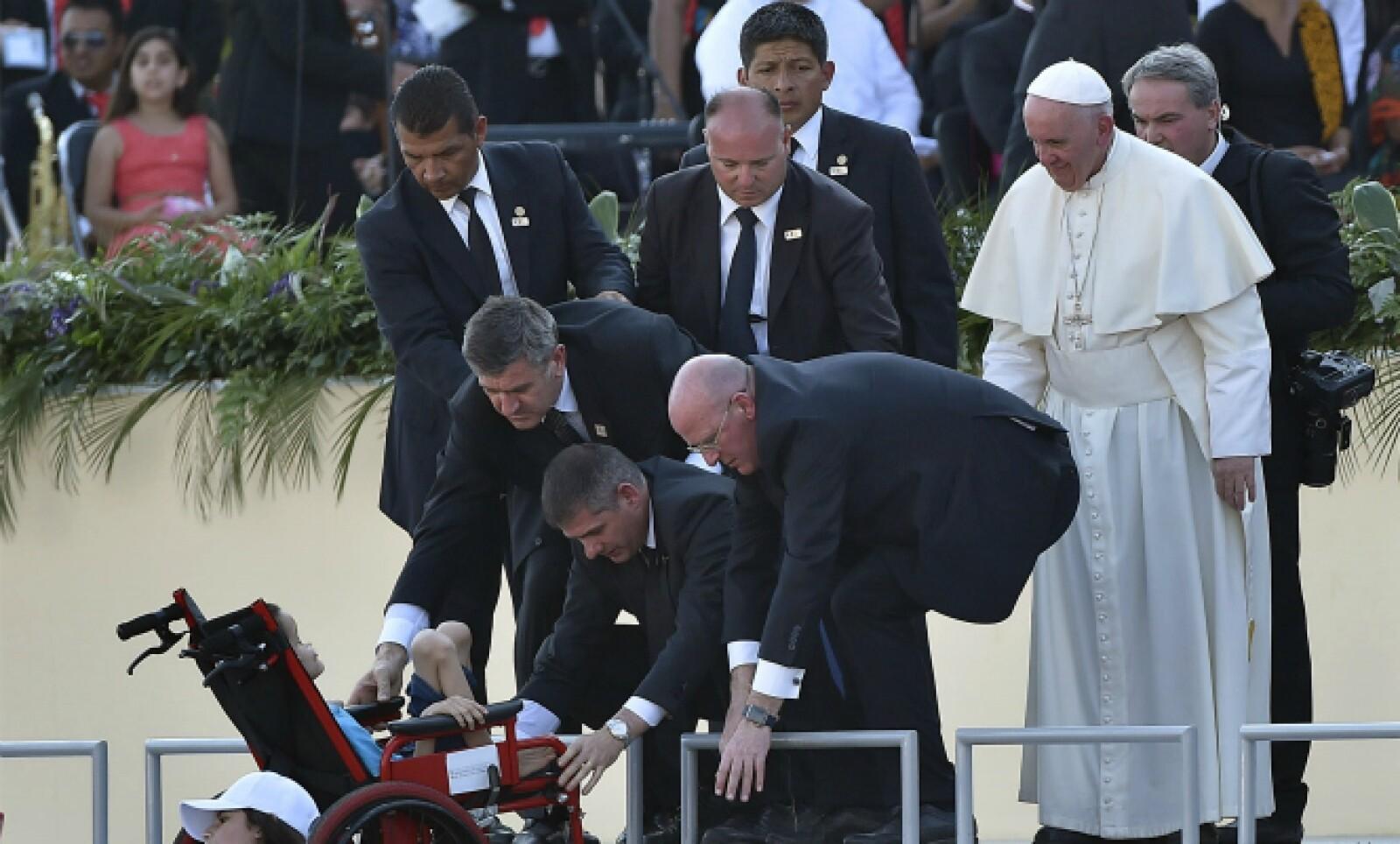 El papa Francisco habló frente a las familias e hizo subir al escenario a algunos fieles, como este pequeño en silla de ruedas.