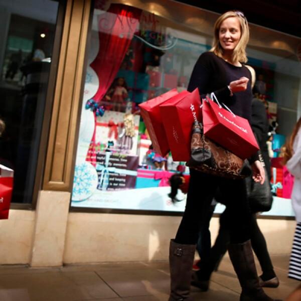 Algunos compradores no esperaron al fin del Día de Acción de Gracias en Estados Unidos y acudieron temprano este jueves a las tiendas en busca de los mejores descuentos.