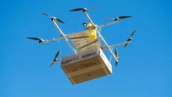 Empresas como Amazon piensan hacer entregas mediante drones.