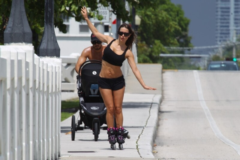 La familia Díaz Ponce salió una vez más por las calles de Miami a realizar una de las actividades que más les gusta, patinar, y de una vez comenzar a inculcarle a su pequeña este deporte.