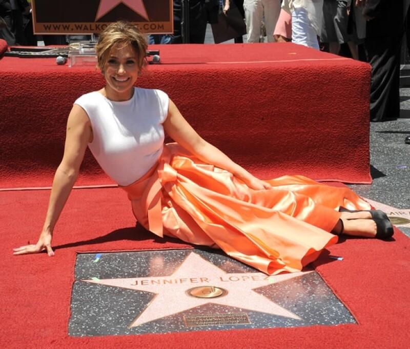 La cantante y actriz finamente se ganó su lugar y fue este jueves cuando develó su estrella. A la ceremonia acudieron sus hijos y su novio.