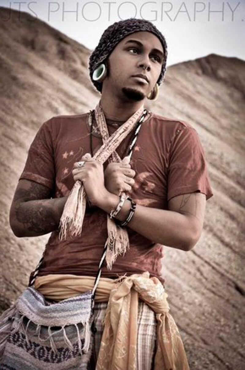 Lleva un estilo de vida hippie, es artista, dibuja y se dedica a tatuar.