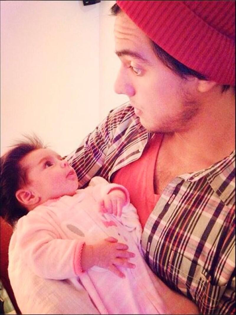 El actor compartió en redes sociales dos encantadoras fotografías en las que lo vemos jugando con su hermanita de dos meses de edad.