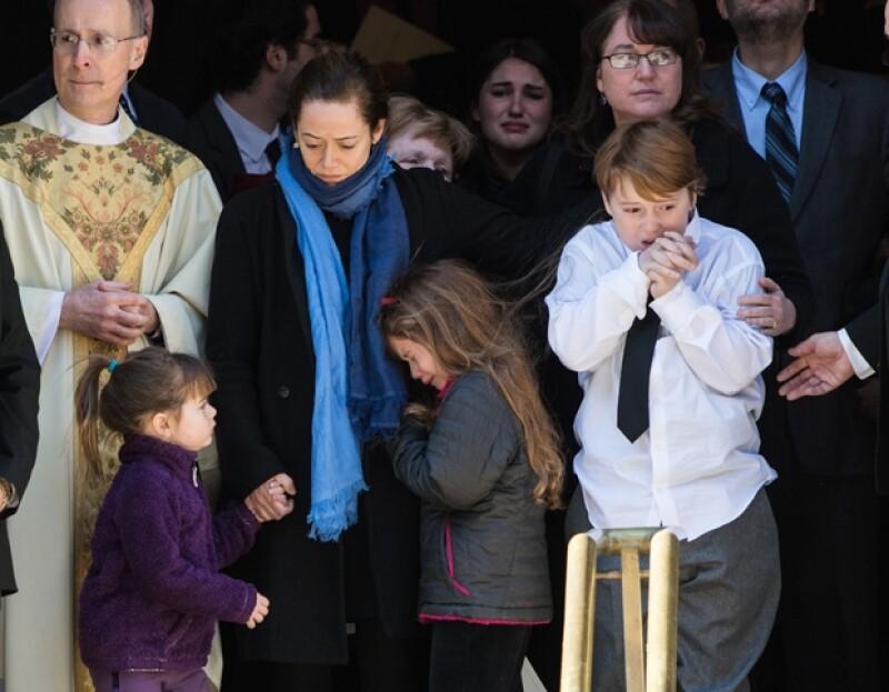 Con su muerte, su familia quedó desolada. Tallulah, Willa y Cooper, acompañados de su madre en el funeral de su papá.