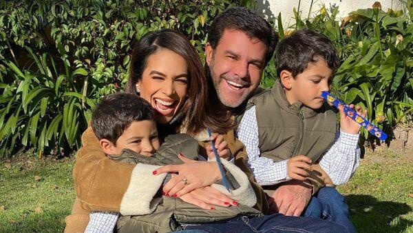 Biby Gaytán y Eduardo Capetillo con sus hijos, Manuel y Daniel