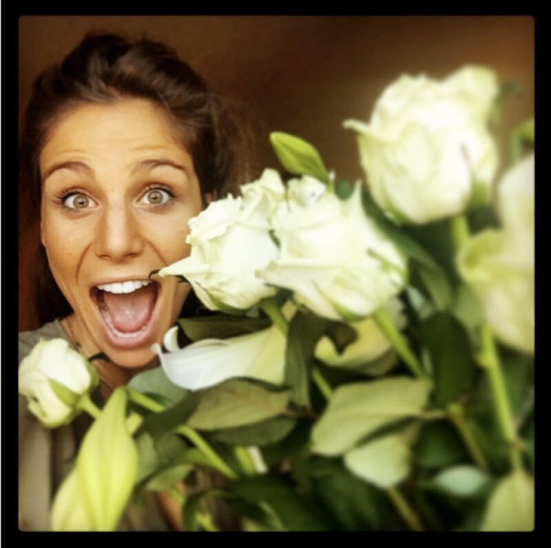 El futbolista celebra el cumpleaños de la periodista española con flores y una dedicatoria muy especial.