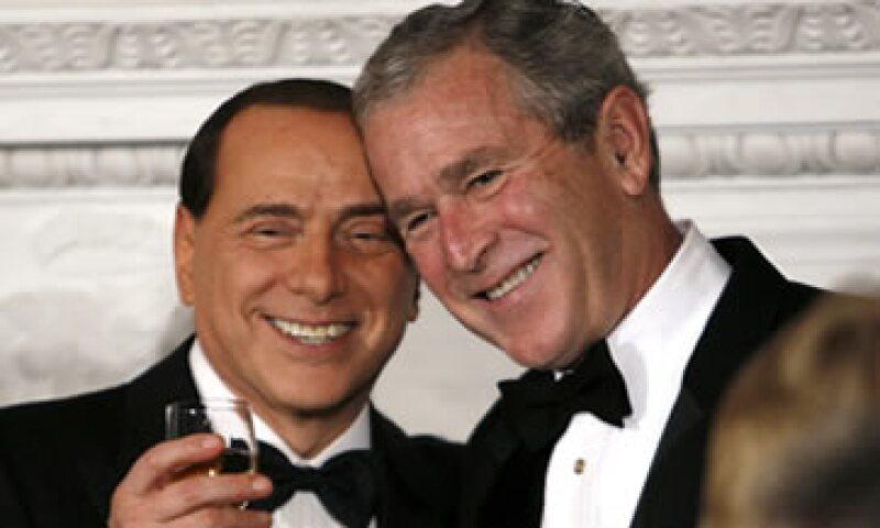 Silvio Berlusconi aparece con el entonces presidente de Estados Unidos, George W. Bush (d). (Foto: Reuters)