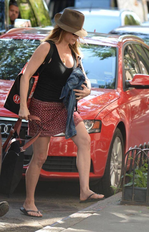 A su regreso a NY, Jennifer intentó cubrirse su pancita.