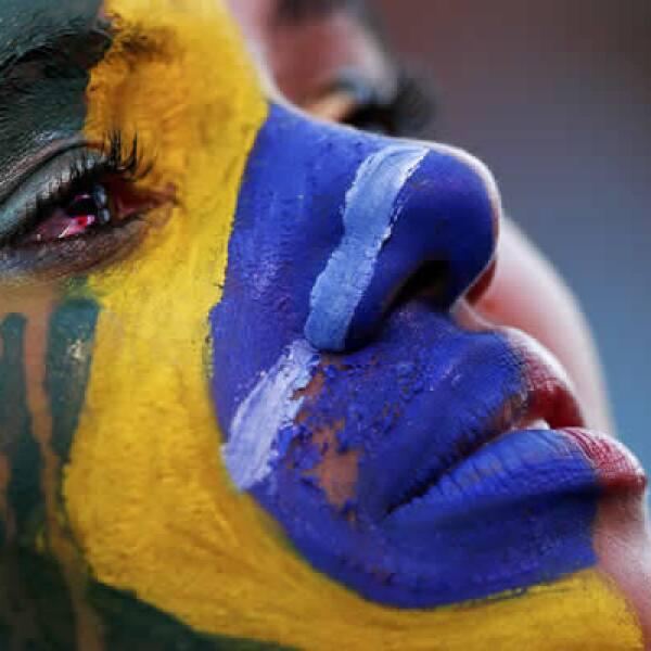 Una aficionada contiene una lágrima que se multiplicaría por millones en las calles de Brasil luego de sepultar el Maracanazo para llorar una nueva derrota: el Mineirazo.