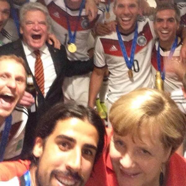 La canciller alemana, Angela Merkel, celebró con el equipo teutón el título mundial.