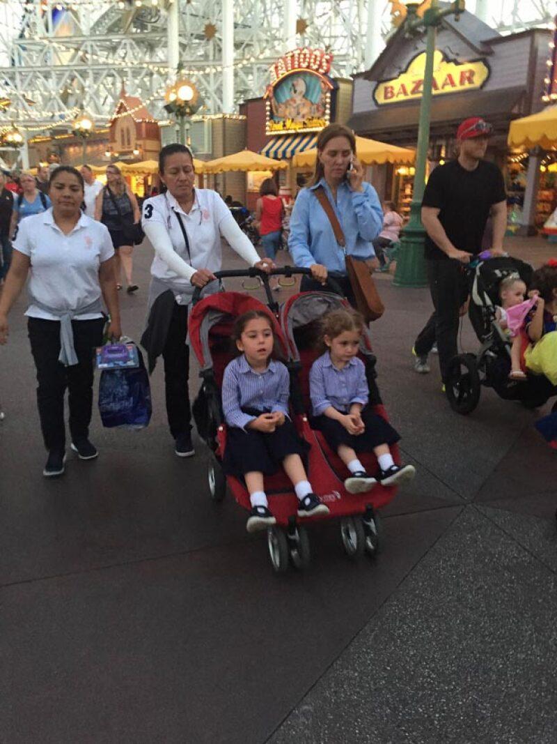 Captamos a Angélica Fuentes paseando con sus dos hijas en Disney California Adventure, acompañada de dos nanas y una guía.