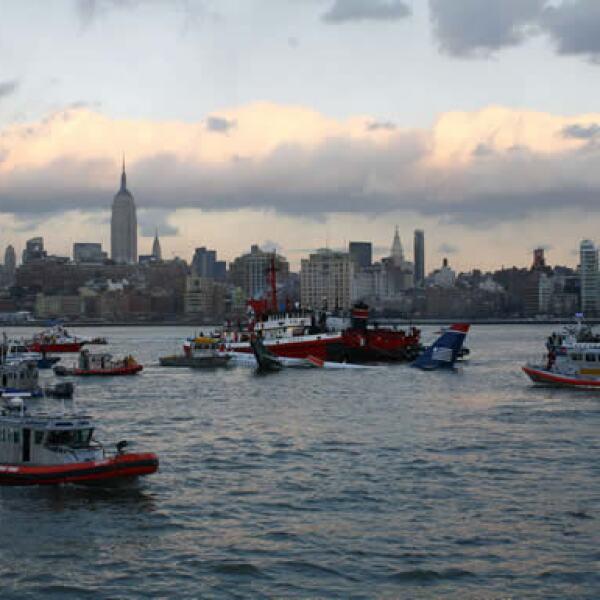 Antes de que llegaran botes de la policía, cerca de ocho grandes embarcaciones y barcos de servicios de taxis acuáticos acudieron rápidamente para rescatar a los pasajeros.