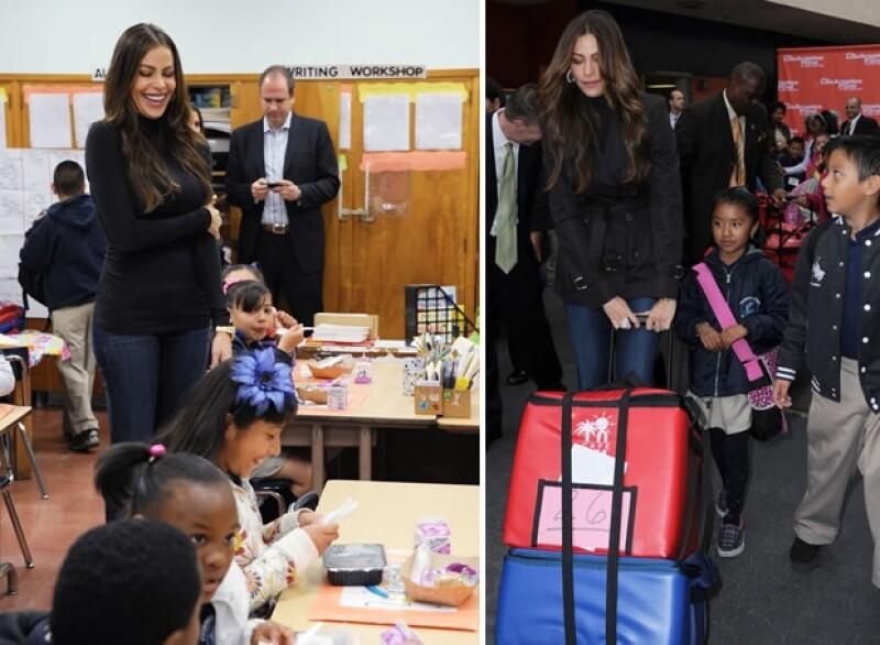 La actriz colombiana se integró al programa `Food for Thought´ y llevó desayunos a la escuela Figueroa Street, donde convivió con los pequeños.