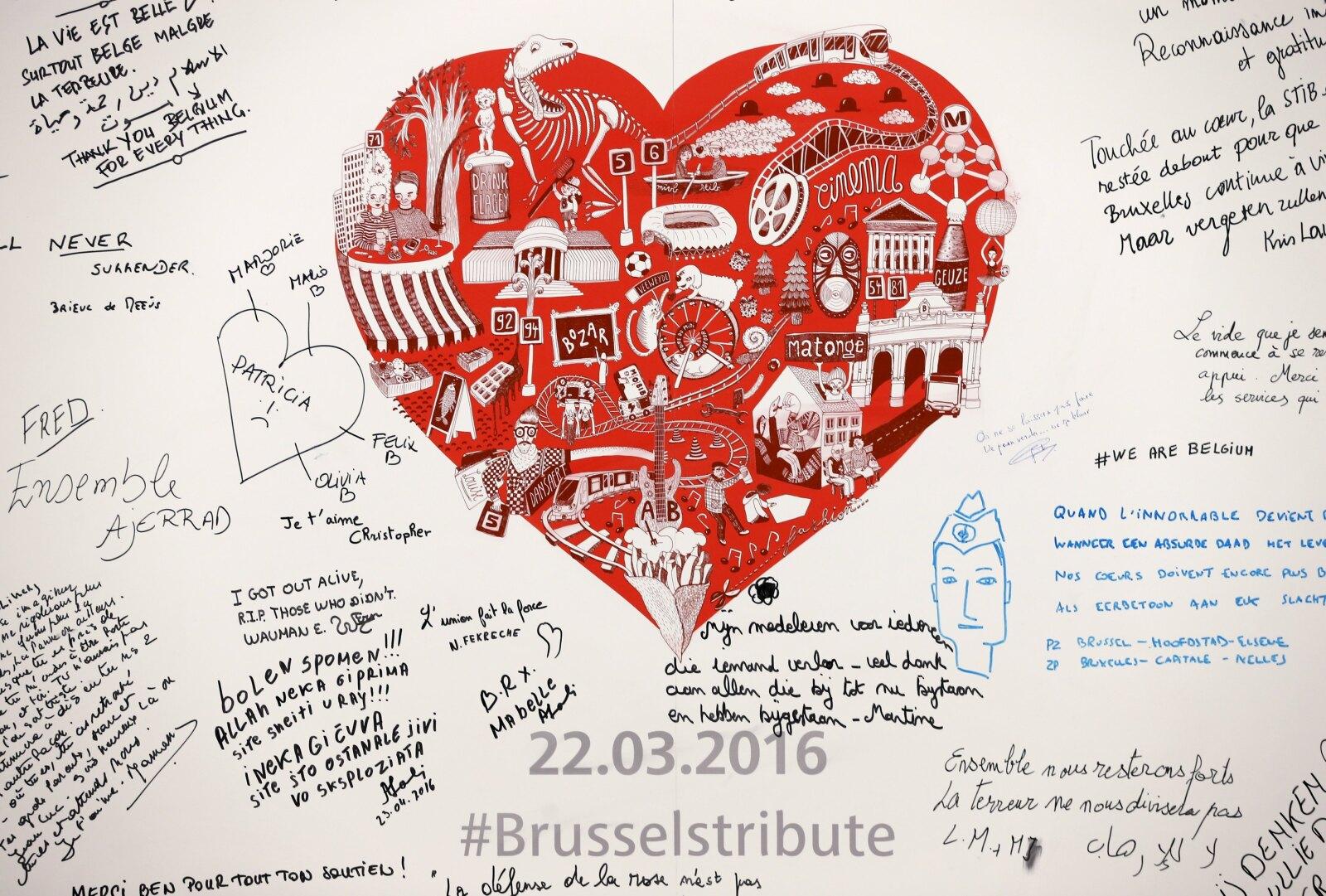 Usuarios escriben sentidos mensajes para las víctimas del ataque, dentro del nuevo memorial en la estación.