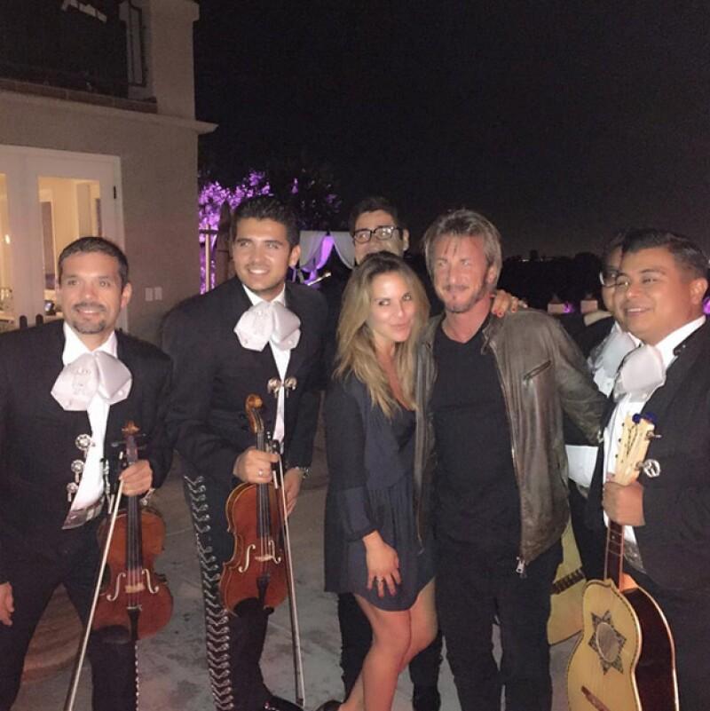 Kate del Castillo y Sean Penn disfrutando del mariachi en Guadalajara.