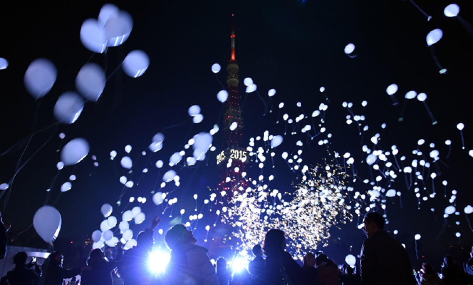 El país recibió el 2015 con rituales sintoístas, por lo que al primer segundo del año las campanas de los templos sonaron al mismo tiempo, mientras que en la Torre de Tokio fuegos artificiales y cientos de globos marcaron la fecha.