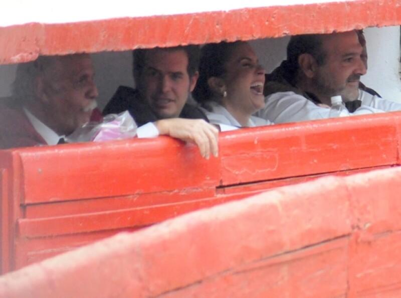 Lucero se veía muy sonriente. Aquí con Rafael Herrerías (hasta la izquierda) y Michel Kuri.