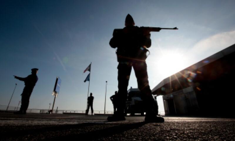 Policías franceses patrullan la frontera con Italia. (Foto: Reuters)