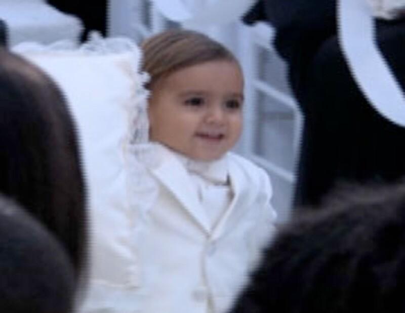 El pequeño Mason fue el primero en caminar por la alfombra blanca.